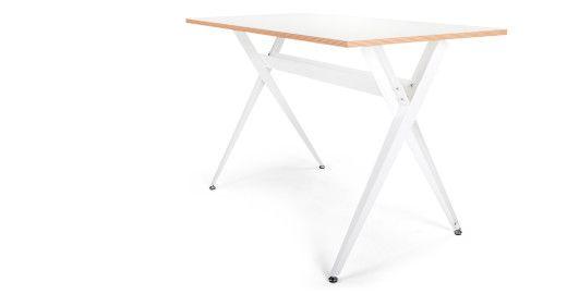 Minimalistisch, aber nicht langweilig: Der weiße Graphix Schreibtisch von MADE.