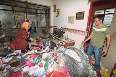 PENYEWA SAMPAH!   Johor Bahru: Seorang pemilik rumah di Jalan Camar 12 Taman Perling di sini terkejut apabila mendapati kediaman disewakan dipenuhi timbunan sampah akibat tabiat pelik empat beranak yang tinggal di situ sejak tiga tahun lalu.Keluarga itu dikatakan gemar mengumpul sampah malah meninggalkan rumah dalam keadaan kotor dan jijik selepas lebih tiga bulan gagal melunaskan sewa.Pemilik kediaman berkenaan Kasiran Geman 54 berkata dia dan keluarga yang meninjau rumah itu terkejut…