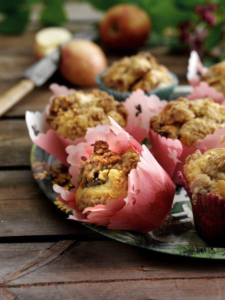 Ihanat #omenamuffinit kuorrutetaan rapealla muruseoksella. Katso #resepti: http://www.dansukker.fi/fi/resepteja/omenamuffinit.aspx