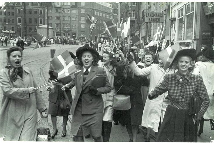 Mennesker på den flagsmykkede Frederiksberggade (Strøget) i København d. 5. maj 1945 (ukendt) Frihedsmuseets Billedarkiv http://erez.natmus.dk/FHMbilleder/Site/index.jsp