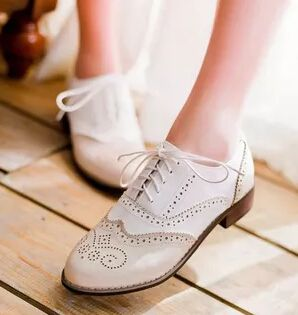 Hot Sale esculpido estilo britânico Oxford Shoes para as mulheres moda plano Lace Up Brogue sapatos Ladies Casual primavera e outono sapatos baixos