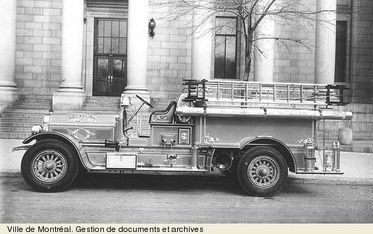 Camion à incendie devant la Bibliothèque de la Ville de Montréal. - [avril 1925]