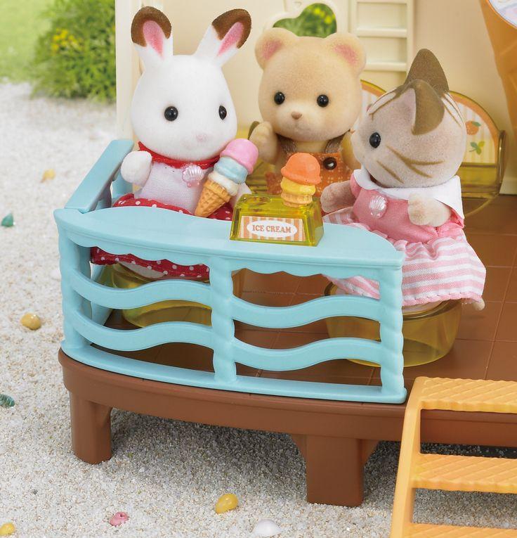 Όλοι αγαπάνε την μαμά Amelia της οικογένειας Striped Cat αλλά και τα παγωτά της.