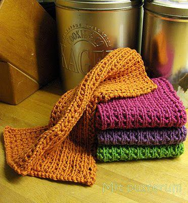Mit pusterum: Nye strikkede karklude......!! Mønster: Slå 42 m op på p 5 med dobbelt garn p. 1: 1 r, 1 vr gentag p ud p 2: ret strik disse to pinde til stykket er kvadratisk og luk af i ret.
