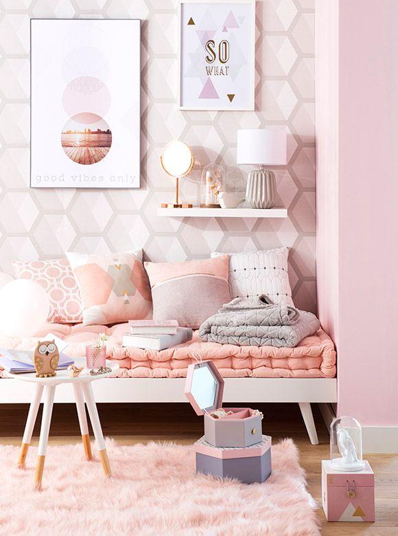 Tendance déco Graphik Pastel | Maisons du Monde. Ici, le rose poudré est à l'honneur. Coup de coeur pour le mur habillé d'hexagones dans les tons rosés en harmonie avec le tapis et les coussins.