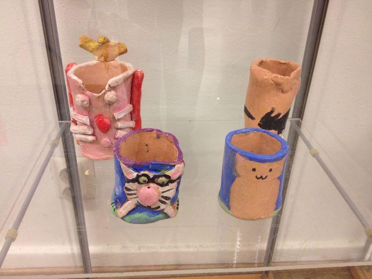 Dyriske krus. Keramikk kopper laget av 5.trinn.