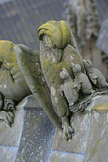 Luchtboogbeeld; adelaar met kuikens