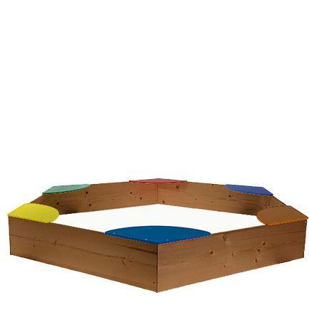 Piaskownica wykonana z drewna sosnowego z kolorowymi siedziskami z płyt HDF pomalowanych na wesołe kolory. Cena: 79zł