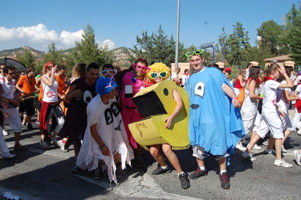 Las peñas de Teruel han tomado la plaza de toros este domingo con motivo de la celebración de la tradicional merienda, acto central de la jornada festiva de la Vaquilla. El desfile de los peñistas hacia el coso taurino, que ha cerrado la corporación municipal, ha llenado de color y música el recorrido.autor: Ana Bardají