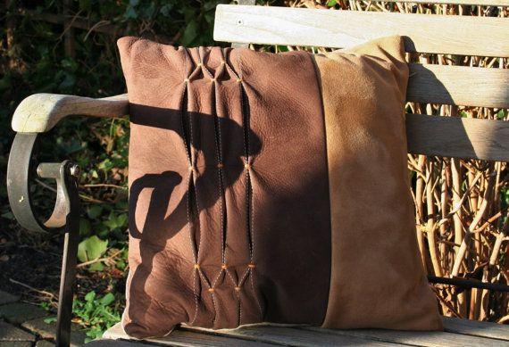 Nubuck/suede smocked cushion with linnen back, Nubuck/suede gesmockt kussen, achterkant van 100% linnen, 40x40 cm