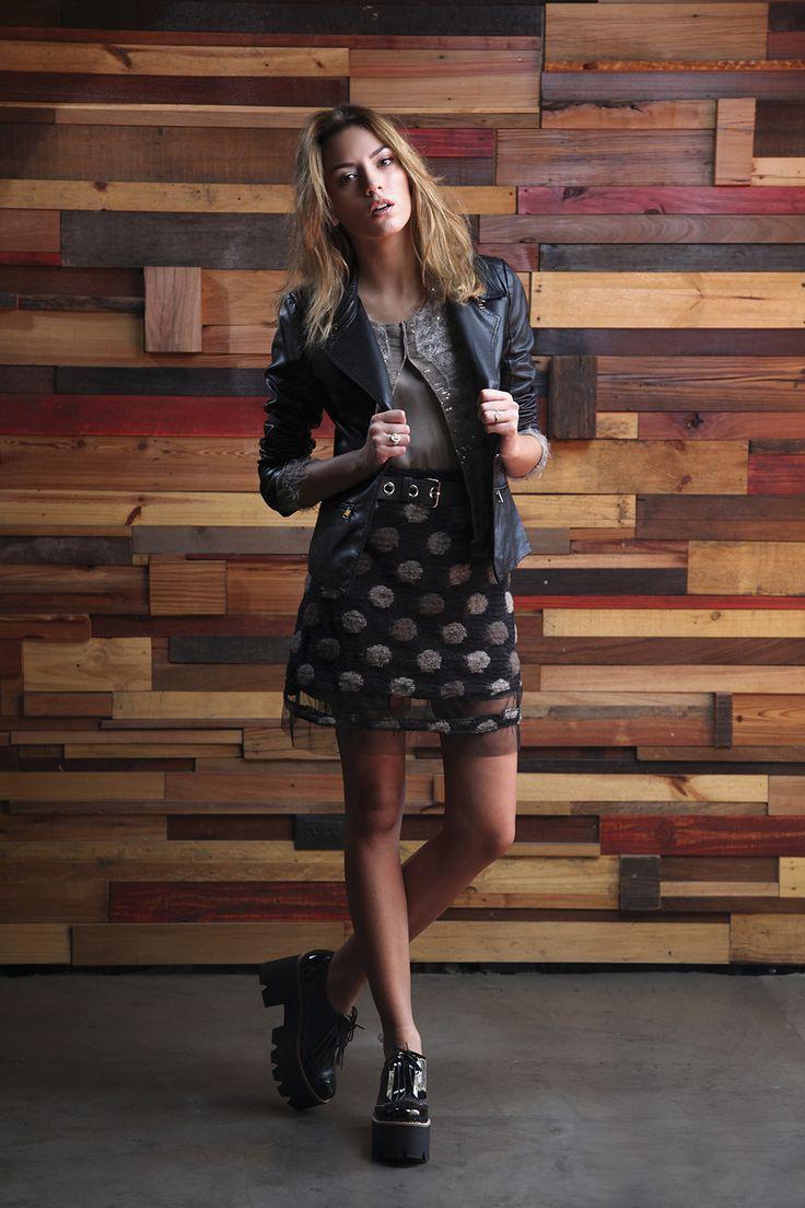 Blazer de cuero  - Twin de seda con mohair y lentejuelas - Falda de lana buclé a lunares - cinto de cuero y hebilla en plata - borceguí de charol con flecos de gamuza
