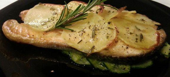 Trancio di salmone su letto di zucchine in crosta di patate