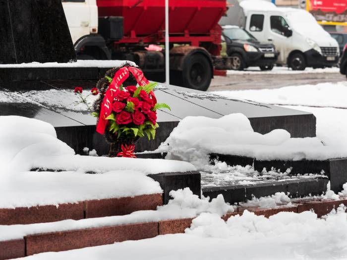 в отличие от Минска мероприятие прошло тихо, хоть и с горячими объятиями  Без флагов, лозунгов, музыки и пламенных речей в нашем городе отпраздновали 99-годовщину Октябрьской революции. Цветы для Ильича. Фото Светланы Васильевой 7 ноября 2016 года, 9 часов 30 минут пло