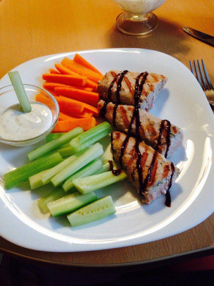 Тунец на гриле, овощи, подсоленный греческий йогурт для обмакивания + бальзамический соус