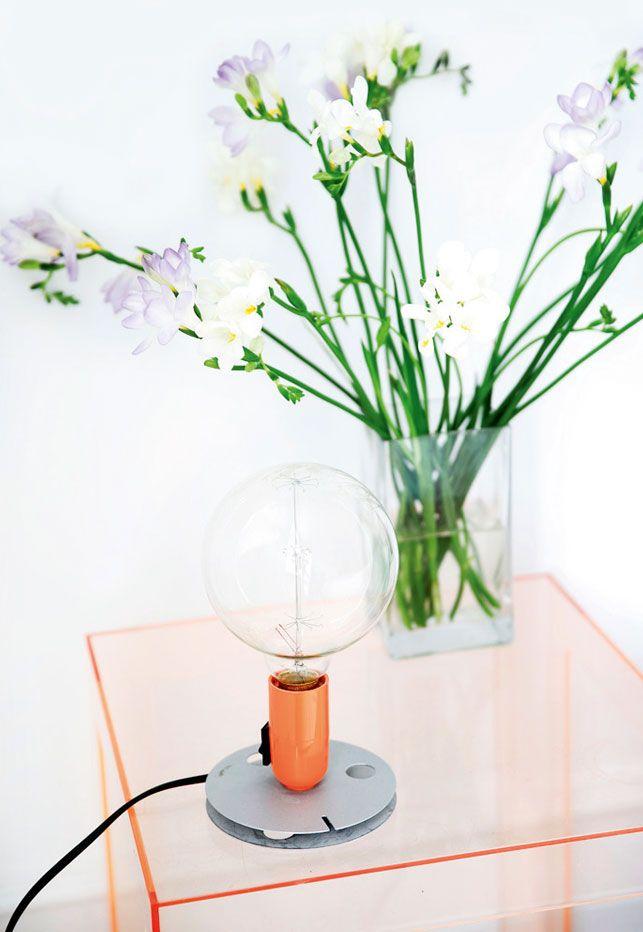 ... Table de nuit transparente, avec lampe originale, bouquet de freesias