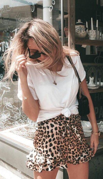 Minirock in Leomuster zu weißem Shirt- zeitlose K…