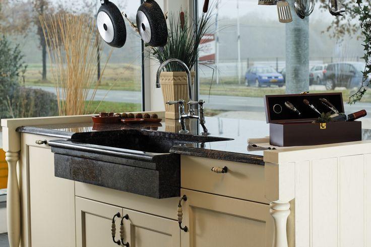 Detail warmwitte ambachtelijke klassiek landelijke keuken met natuurstenen spoelbak. Odink Keukens Tynaarlo, http://odinkkeukens.nl/
