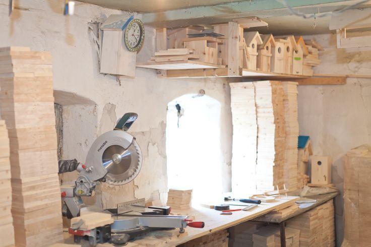В нашей мастерской всегда пахнет ароматной древесиной. Мы привозим ее к себе в мастерскую, вдыхает в нее свои идеи и на выходе получаем уникальные, натуральные домики и кормушки для птиц, а так же предметы интерьера.