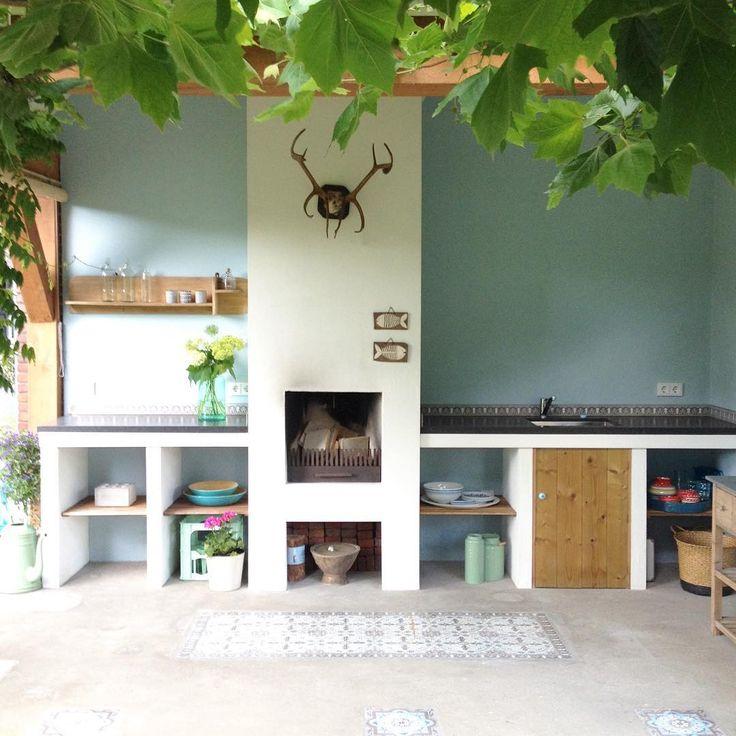Moe maar voldaan! Eindelijk vandaag, tussen de buien door, de buitenkeuken opgeruimd en schoon gemaakt. Er moeten nog planken in opgehangen worden maar dat komt nog wel. Manlief en pa hebben de banken van de loungeset in elkaar gezet, hoera! Productief dagje geweest dus. Nu lekker onderuit op de bank. Fijne avond nog!! #garden #gardening #buitenkeuken #dakplataan #skull #interiordesign #interior #stoerwonen #portazul #azul #cementtegels #beton #tuin #abmlifeisbeautiful #abmhappylife #fla...