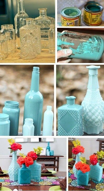 Tudo azul! Com um pouquinho de tinta, vidros que iriam para o lixo se transformam em vasos muito elegantes. Use a cor que mais combina com a sua casa e renove a decoração de forma simples e econômica.