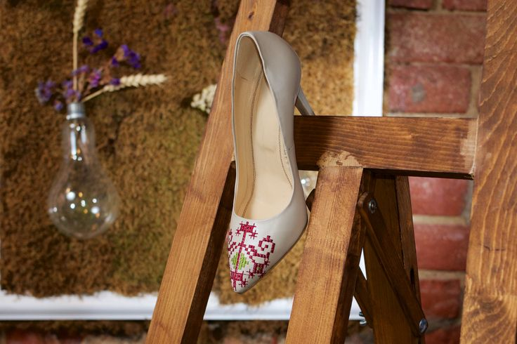 Leather embroidered stiletto shoes in soft nude colors, perfect for any outfit. #iutta #iuttashoes #shoes #shoesaddict #leathershoes #designer #designershoes #embroidery #shoedesign