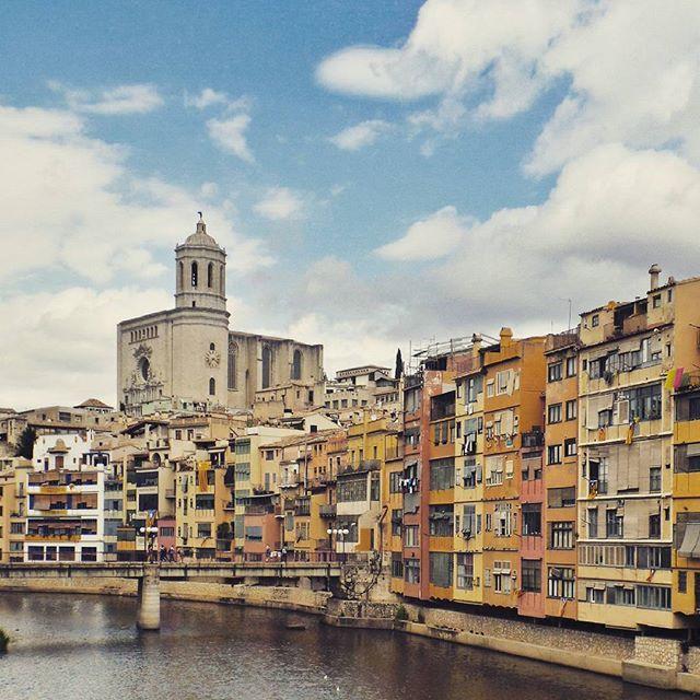Street photography Girona By @laciudadalinsta © #girona #cataluña #instagram #ig_europe #igers  #igersespaña #architecture #archilovers #arquitectura #facade #fachadas #colorful #color #windows #ventanas #huntgram