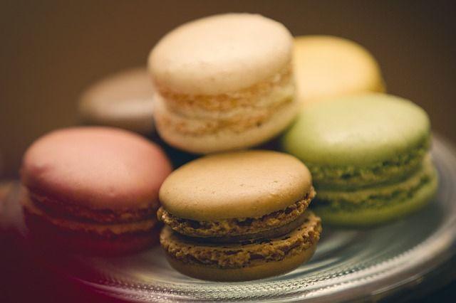 De beste tips en trucs om de lekkerste en mooiste macarons te maken. Lekkere vullingen zoals jam, botercreme of ganache lees je ook op onze site.