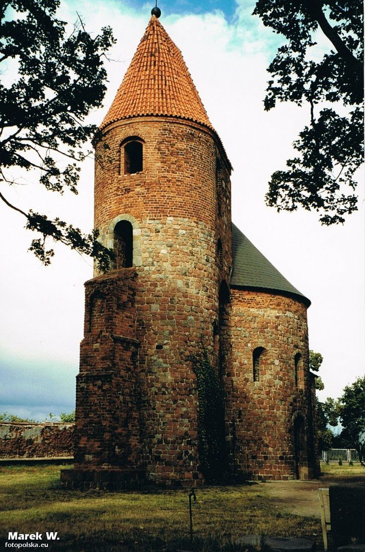 i rotunda św. Prokopa w Strzelnie od strony zachodniej; wieża z przyporą, centralna nawa główna i niewidoczne, kwadratowe prezbiterium, co jest ewenementem na skalę światową
