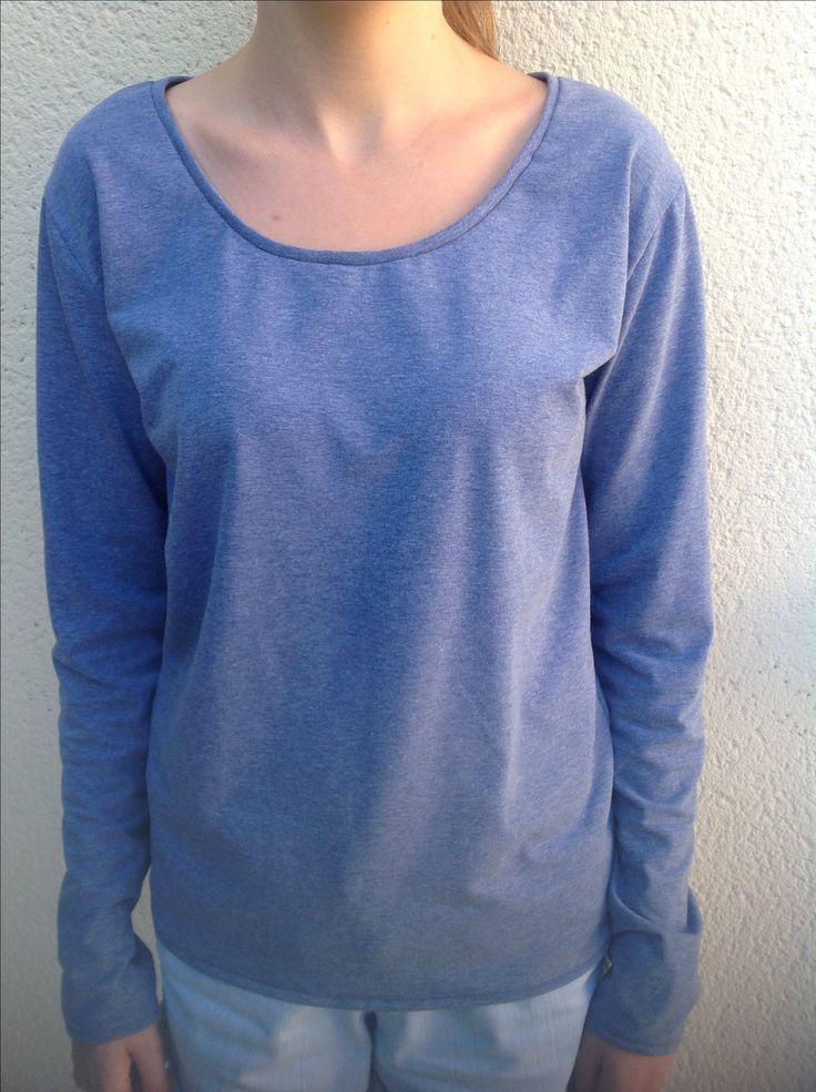 Tee-shirt réalisé cet après-midi par Julie dans un magnifique jersey bleu clair chiné. Les finitions en jersey sont très difficiles à réaliser, elle les a parfaitement réussies !