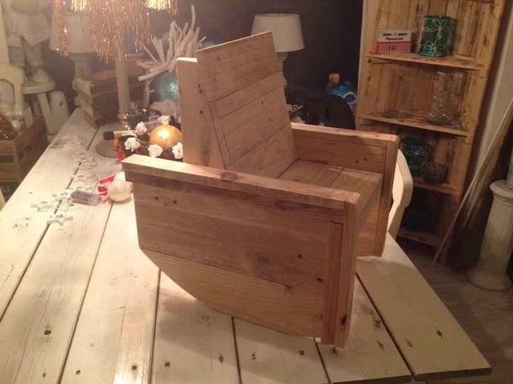 Schommelstoeltje gemaakt van pallethout.