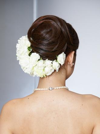 Back アップヘアのラインに沿って生花をたっぷりとあしらって。シンメトリーにすることでエレガントな雰囲気を演出。