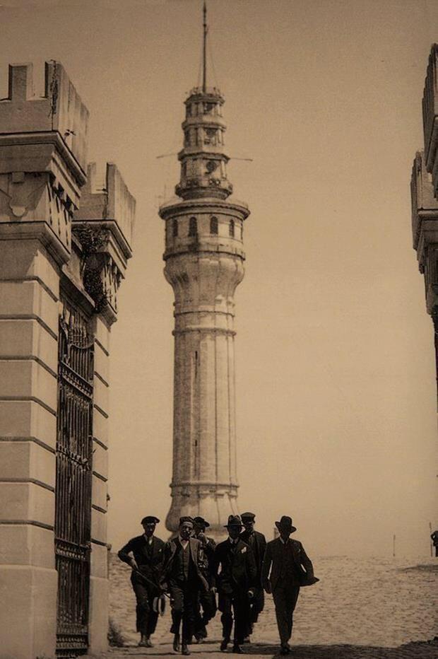 İstanbul Üniversitesi Vezneciler,, arkada Beyazıt yangın kulesi
