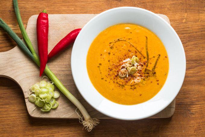 Polévka z červené čočky s mrkví a kokosovým mlékem