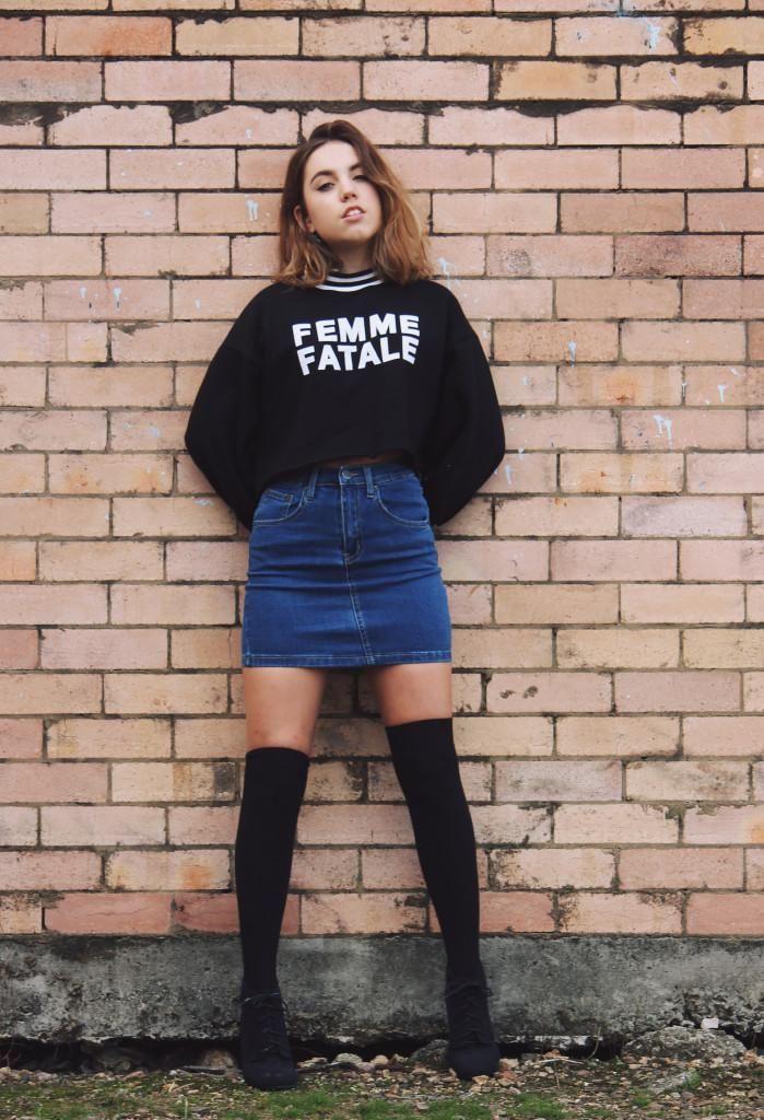 20 Modern Ways to Style a Denim Skirt for Spring | Graphic sweatshirt Denim mini skirt and Knee ...