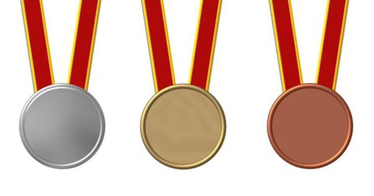 Información sobre el material del cual están hechas las medallas olímpicas. Cada dos años, los atletas de todo el mundo se reúnen para competir en los Juegos Olímpicos y tratar de ganar las medallas. El país anfitrión es responsable del diseño y creación de las medallas de oro, plata y bronce. Esto permite que todos los Juegos Olímpicos cuenten con un tipo diferente de medallas que los distingue de los demás, brindando a ...
