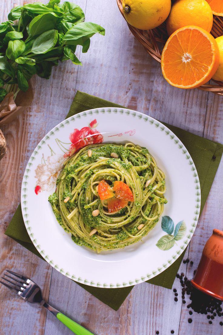 Le #bavette con #pesto di agrumi (pasta with citrus flavoured pesto) sono un primo piatto profumato e saporito, condito con un pesto al #basilico aromatizzato con arance e limoni. #Giallozafferano #recipe #ricetta #pasta