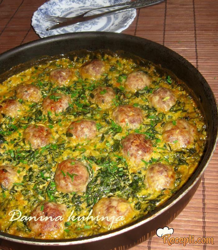 Recept za Ćufte sa pirinčem i blitvom. Za spremanje ovog jela neophodno je pripremiti mleveeno meso, luk, tikvice, hleb, jaja, pirinač, blitvu, ulje, pavlaku, paradajz.