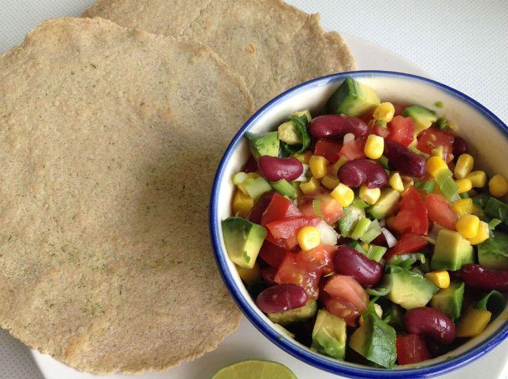 Lees verder voor het recept Haver Wraps met Salade Voor twee wraps: 130 g havermeel (maal havermout in de blender) Voor een glutenvrije versie dien je de verpakking van de havermout te controleren! 100 ml water 1 theel. wijnsteen bakpoeder (gewone bakpoeder kan ook) snufje zout kokosolie (olijfolie kan ook) Voor de salade: 1 avocado …