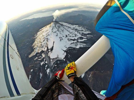 """La deportista Roberta Mancino voló a 150 km. por hora en """"traje de alas"""" sobre el volcán más activo y alto de la Patagonia. Vea el vuelo..."""