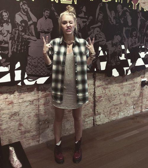 Miley Cyrus ' Style , Essas camisas Xadrez estão em alta!      Pode usar como vestido , Amarradas na cintura, Como sobre posição ....Amo muito , todas tem que ter uma peça no guarda roupa *---*