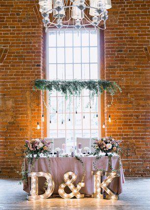 Президиум на свадьбе в лофте. Пыльно-розовый с черными деталями