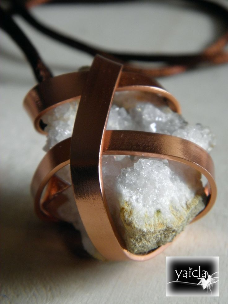 MIneral de cuarzo lechoso  enredado en hilo de aluminio color marron  claro o naranja pallido,procedente de yacimientos de Burgos. Es el mineral en estado mas puro y se cree  que permite canalizar y activar cualquier tipo de energia.
