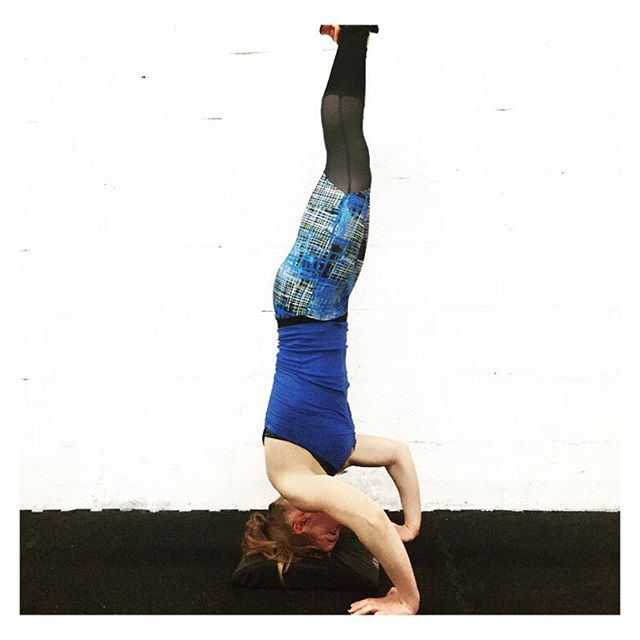 Headstand yoga pose - blue printed yoga leggings || Fit fashion, active living and gym style