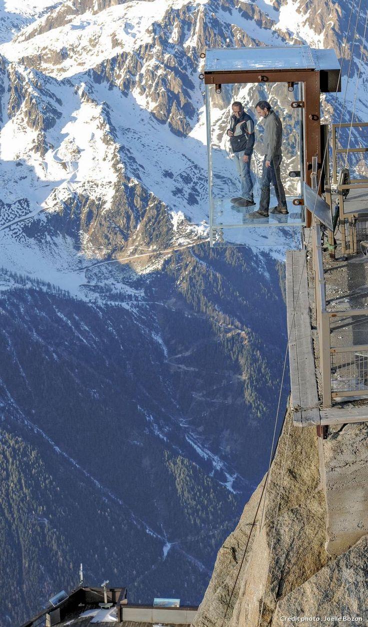 L'aiguille du Midi propose une expérience vertigineuse : admirer le panorama sur le mont Blanc depuis le Pas dans le vide, une cage de verre perchée à 3 842 mètres d'altitude.