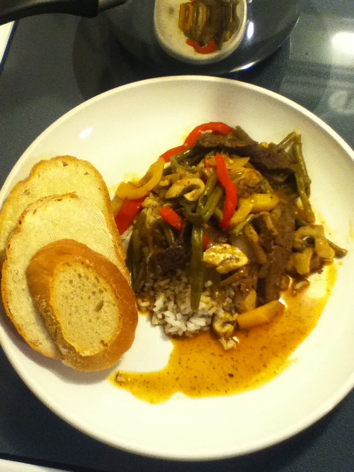 Stir fry with striped marinated steak with yellow and red peppers, sautéed in butter with onions, mushrooms,garlic in a au jus sauce over a bed of rice.