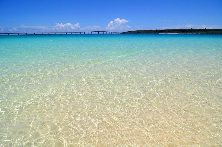 宮古島 与那覇前浜。  青い空、透き通るような青い海。沖縄に行くなら、ビーチに行かなきゃはじまらない!!沖縄には透明度の高い、美しいビーチがたくさん点在しています。沖縄のおすすめビーチ10選をご紹介します♪ 1.宮古島...