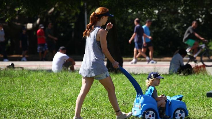 http://imguol.com/2013/01/05/5jan2013---mulher-caminha-com-crianca-no-parque-do-ibirapuera-em-sao-paulo-1357398377271_1920x1080.jpg