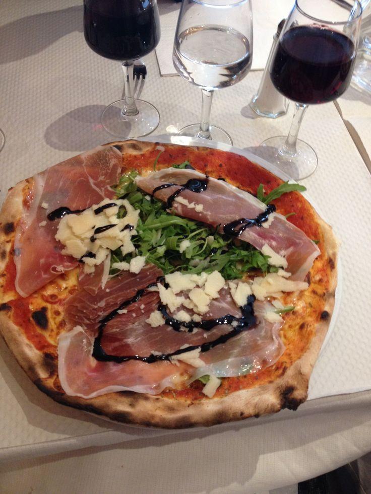 Pizza Pavarotti Pizza Pino Champs-Élysées Paris Rocket salad, Ganda ham, balsamic, Parmesan, cheese