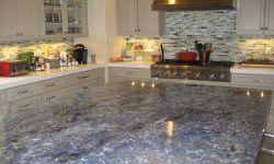 blanco gabinetes de cocina azul encimera de granito bajo iluminación del gabinete