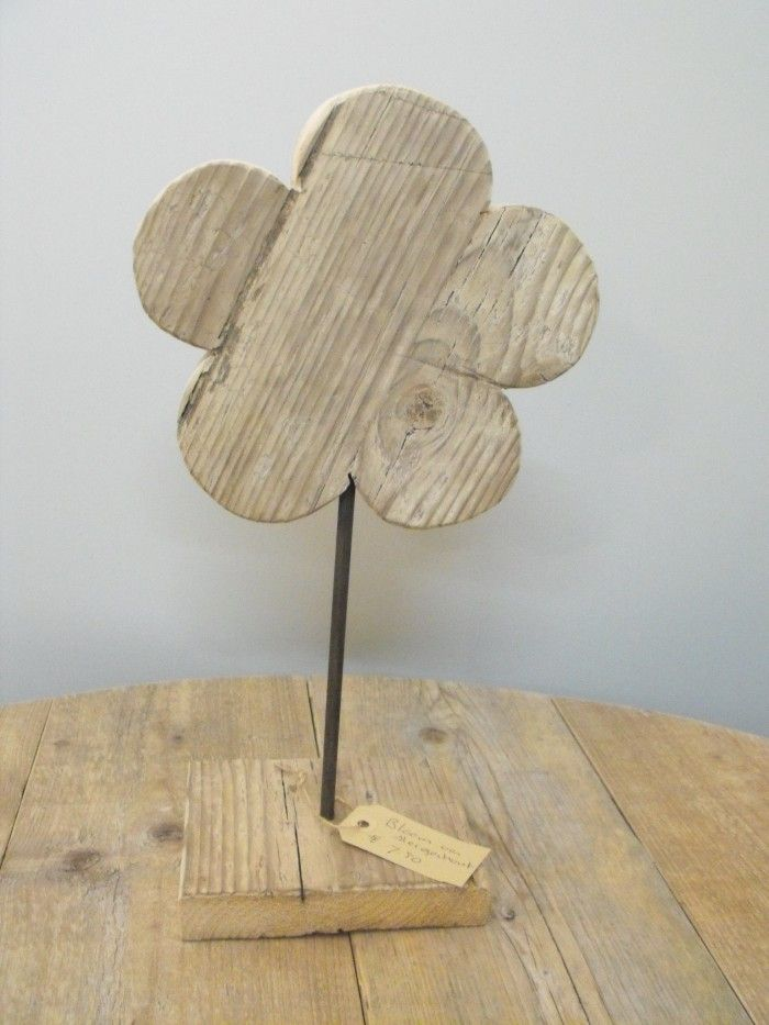 Bloem op voet blank steigerhout